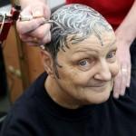 Amona batek burua osorik tatuatu du, burusoil geratu ostean