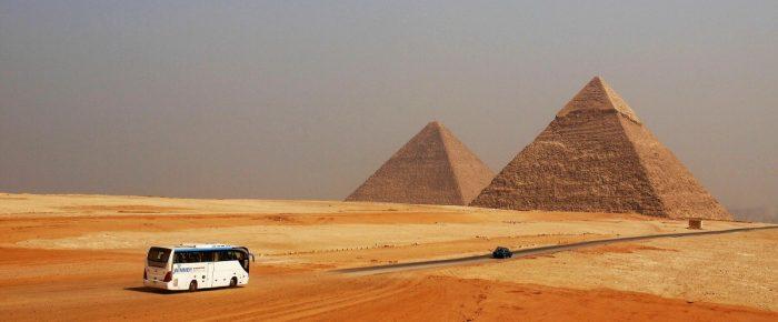 Piramide Handian gauza miresgarrien susmoa hartu dute